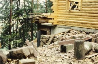 Ansicht Frontseite. Links die zukünftige Treppe in den Keller