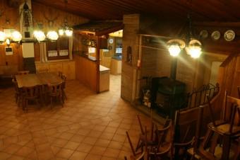 Innenraum mit Theke und Küchenbereich